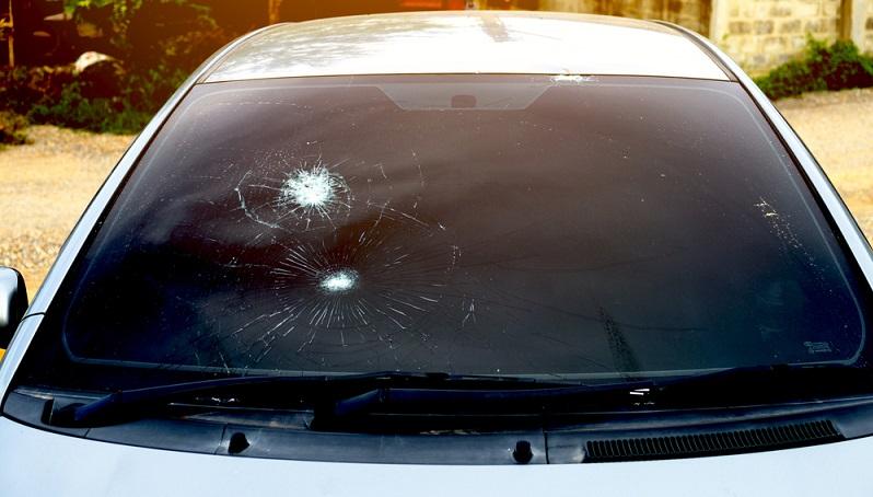 Ein Glasschaden, etwa an der Frontscheibe, an den Heck- und Seitenscheiben, am Dachschiebefenster oder Panoramadach, der Beleuchtung oder den Seitenspiegeln ist schnell passiert und die Reparatur kann schnell mehrere hundert Euro kosten (#01)