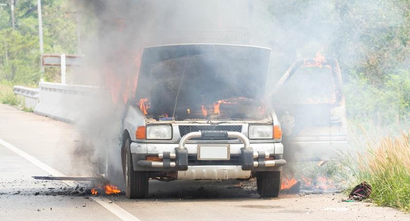 Die Teilkasko übernimmt durch Brände am Fahrzeug entstandene Schäden, auch Totalschäden. Allerdings ist die Brandursache entscheidend - wenn der Brand durch einen Kurzschluss im Fahrzeug entstanden ist, reguliert die Teilkasko den Schaden, etwas anderes ist es, wenn Brandschäden als Folge von Vandalismus auftreten - hier ist man nur über eine Vollkasko-Police abgesichert - so das Vergleichsportal toptarif. (#02)